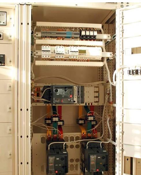 Рис № 5. Шкаф АВР на 630 А, оборудованный двумя вводами на контакторах с секционированием, на базе контроллера Zelio Schneider Electric